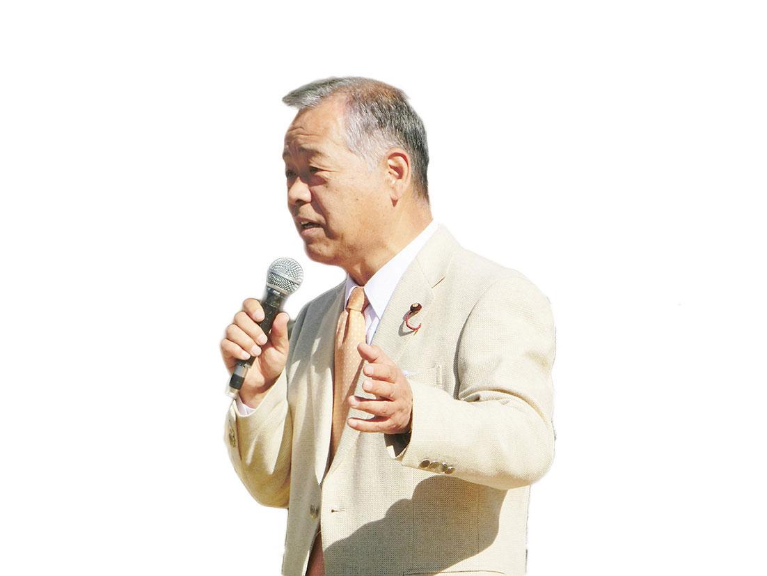街頭演説で政策を述べる鈴木議員