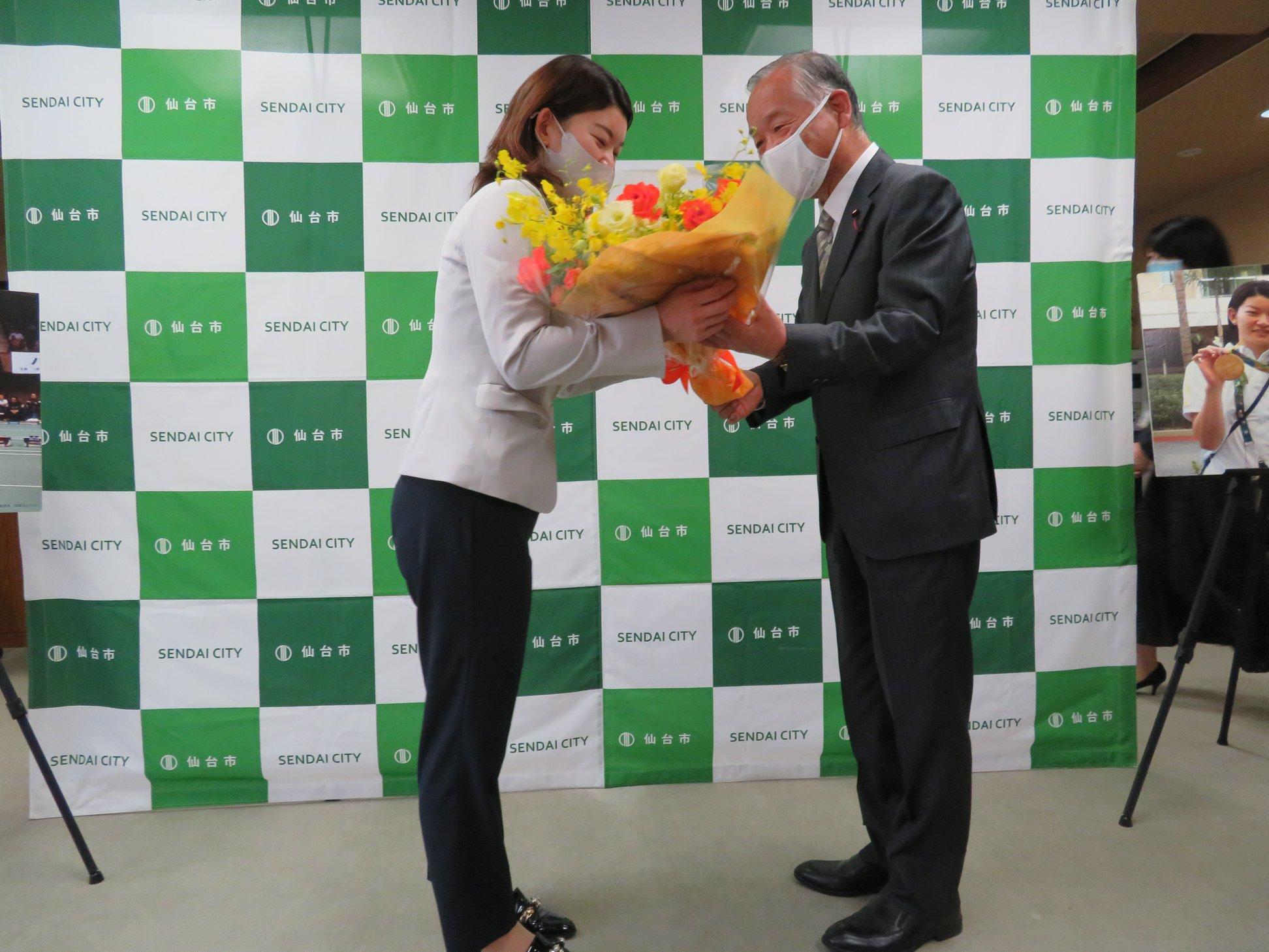 リオオリンピック、バドミントン競技金メダリストの高橋礼華選手が引退の挨拶に来訪されました