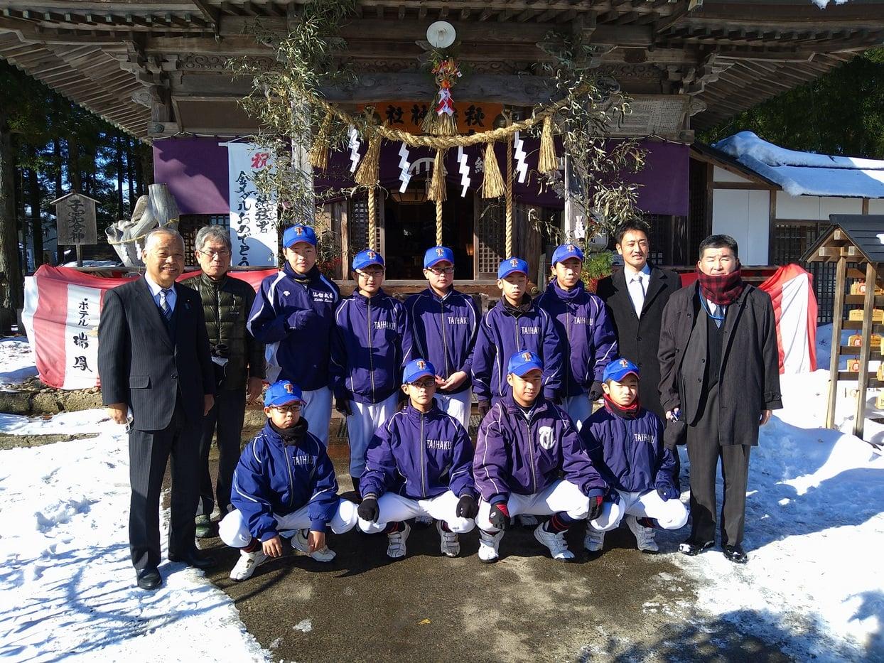 仙台太白リトルシニアチーム(会長 鈴木勇治)の新年祈願を勝負の神 秋保神社にておこないました。