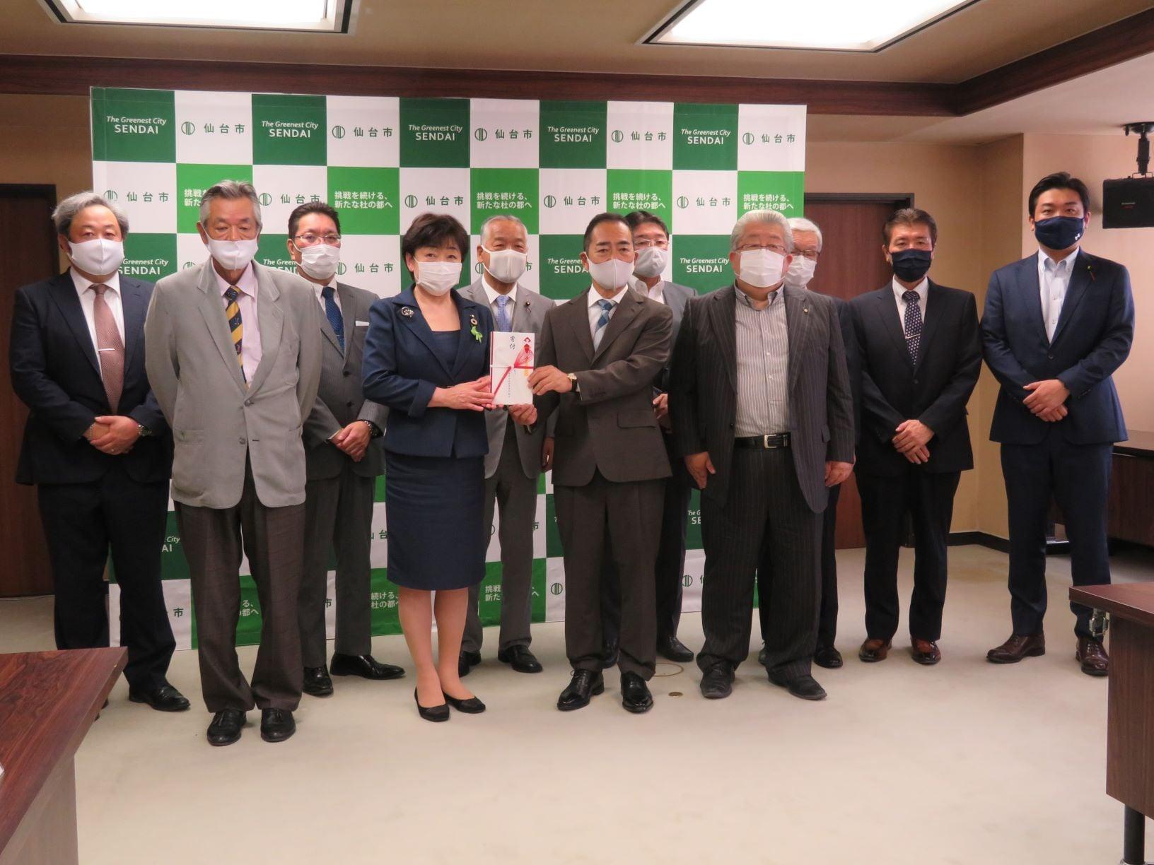 令和3年6月10日 宮城県交通安全施設業協同組合より仙台市に対する寄附金の贈呈式