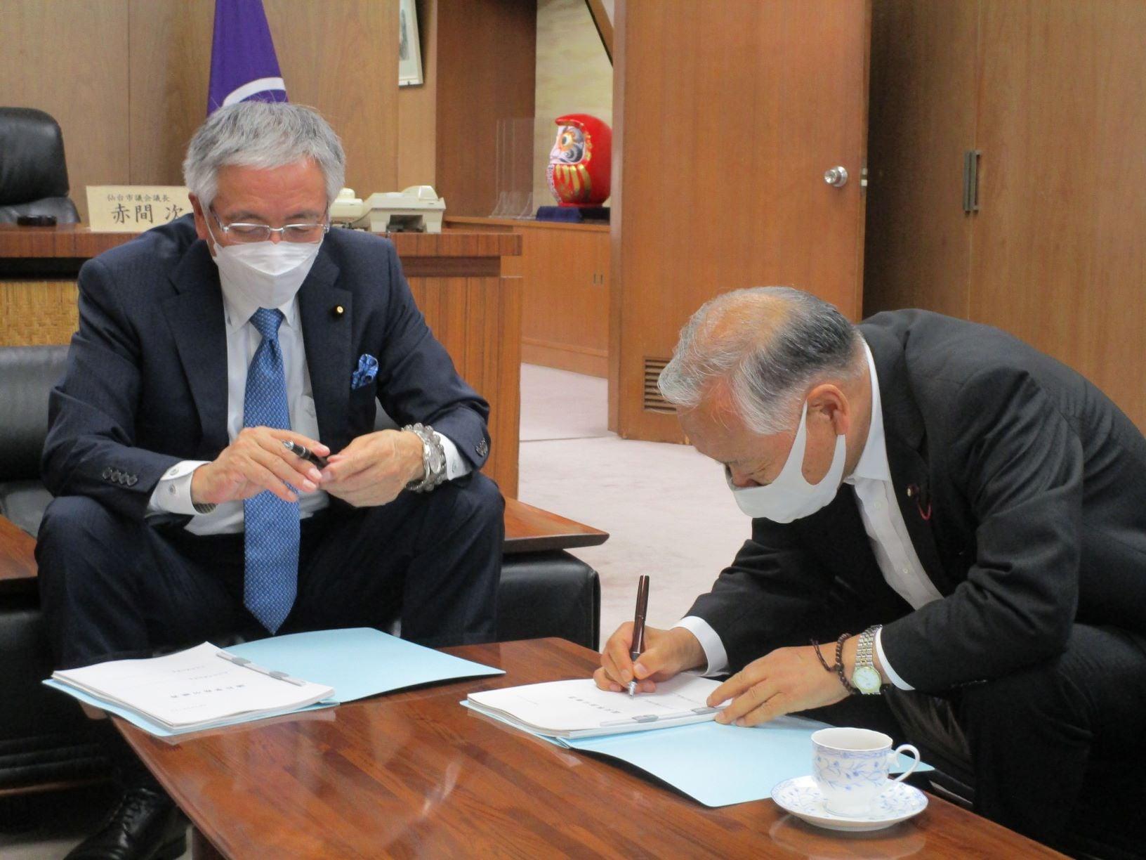 令和3年9月10日 新議長 赤間次彦氏に事務引継ぎをおこないました。